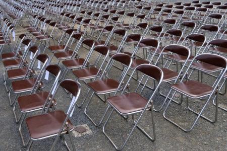 たくさん並ぶ椅子